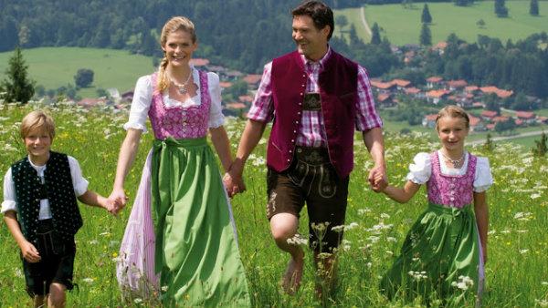 Família com roupas típicas alemaes